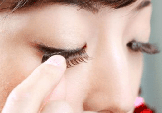 How to but on fake eyelashes for beginers